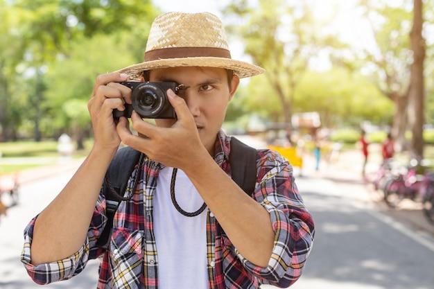 Asiatischer touristischer mann in historischem park sukhothai, thailand
