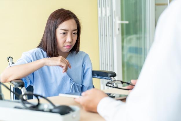 Asiatischer weiblicher patient und doktor sind beratung
