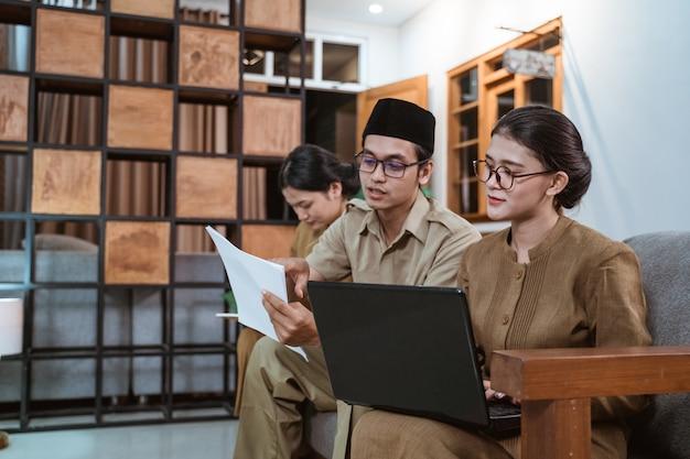 Asiatischer ziviler arbeiter in uniform treffen mit partner
