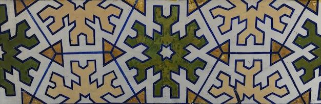 Asiatisches altes keramikmosaik. elemente orientalischer ornamente auf keramikfliesen