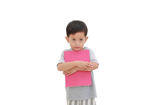 Asiatisches baby, das buch auf weiß umarmt