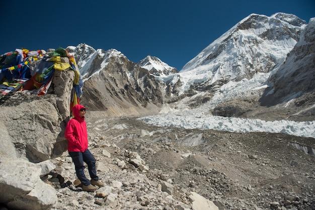 Asiatisches damen-trekker-gipfel-everest-niedriges lager, nepal reisekonzept