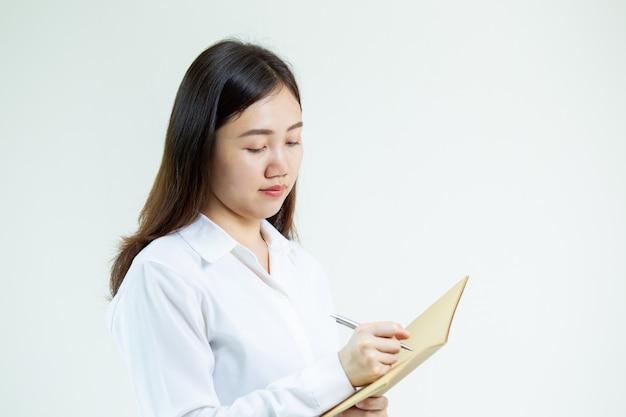 Asiatisches doktorschreiben auf einem notizbuch