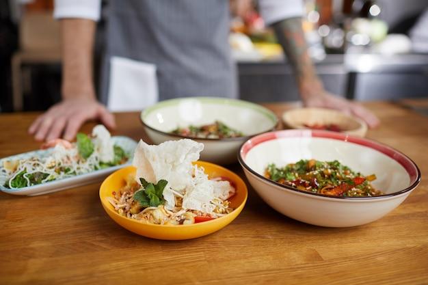 Asiatisches essen auf dem tisch im restaurant