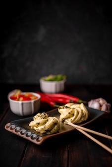 Asiatisches essen auf teller mit stäbchen