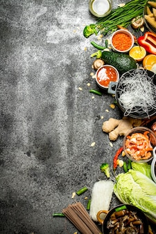 Asiatisches essen. frische zutaten zum kochen des chinesischen essens auf einem rustikalen hintergrund.