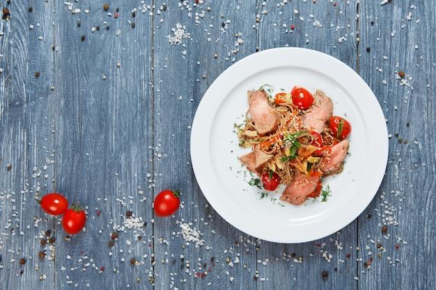 Asiatisches essen gebratene thailändische reisnudeln mit kalbsfleisch