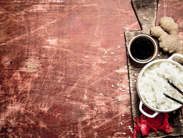Asiatisches essen. reis mit sojasauce und eingelegtem ingwer. tisch mit japanischer küche.