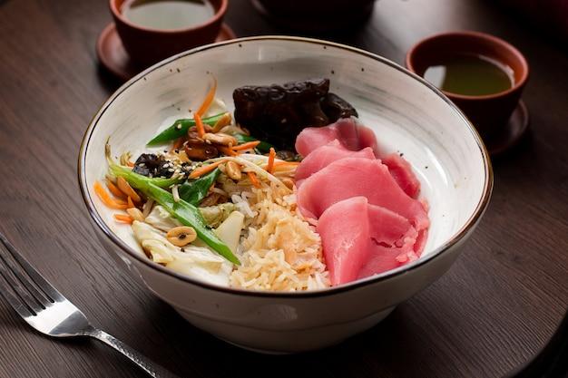 Asiatisches essen: reis mit thunfisch und erdnüssen