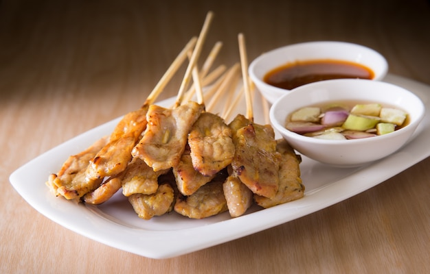 Asiatisches essen - schweinefleisch satay mit erdnusssauce