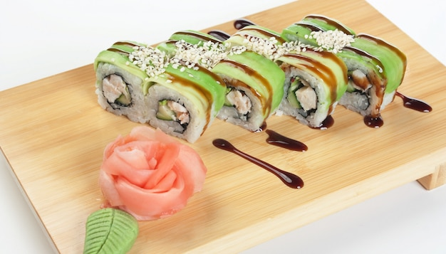 Asiatisches essen sushi auf holzteller