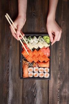 Asiatisches essen sushi und quarantäne brötchen in selbstisolation, lebensmittel lieferung nach hause