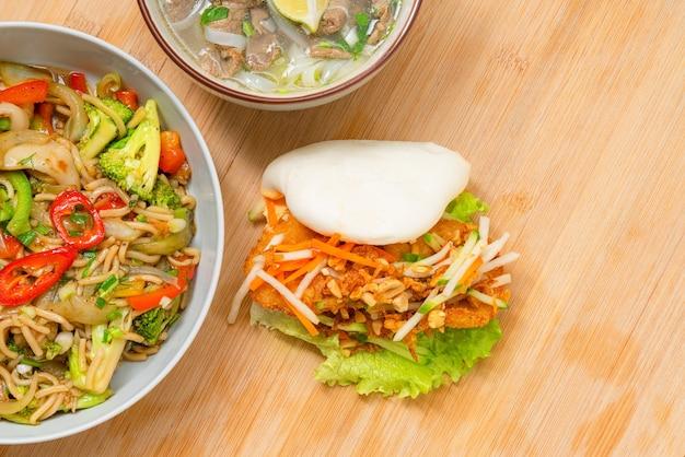 Asiatisches essen zum mitnehmen vielfalt auf holztisch