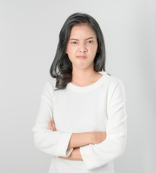 Asiatisches frauengesicht verärgert und verschränkte arme