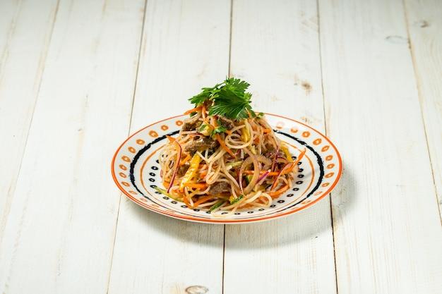 Asiatisches funchose-salatstärkennudelfleischgemüse