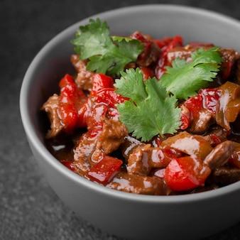 Asiatisches gericht traditionell mit gemüse und fleisch zubereitet