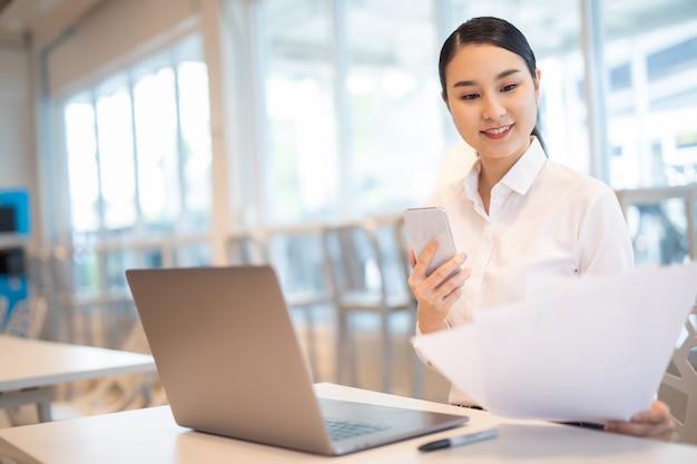 Asiatisches geschäftsmädchen mit laptop-erfolg glückliche pose e-commerce-universitätsausbildung