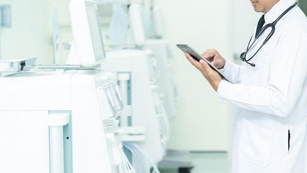 Asiatisches gesundheitswesen und medizin. doktor, der eine digitale tablette, konzept der medizinischen ausrüstung verwendet.