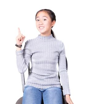 Asiatisches jugendlichglück, das isolatd weißen hintergrund fungiert