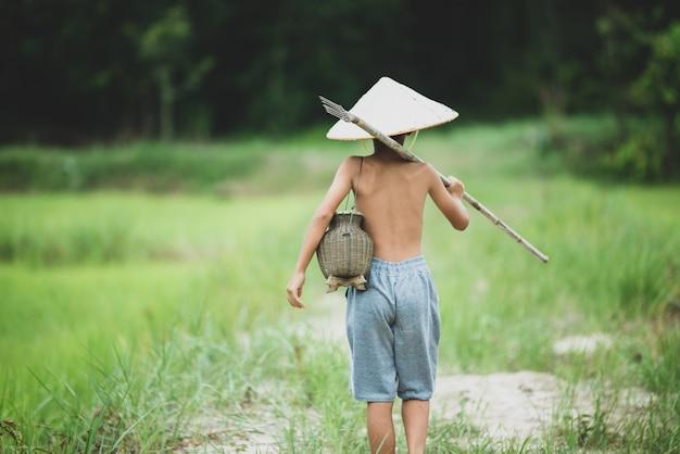 Asiatisches jungenleben auf dem land