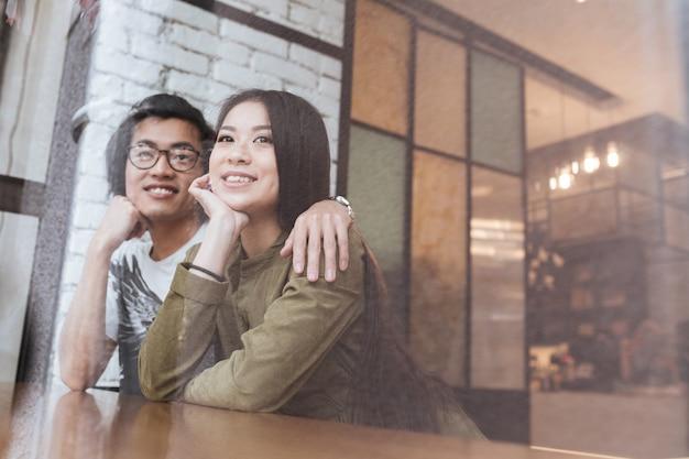 Asiatisches junges liebespaar im café