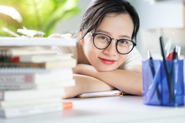 Asiatisches junges mädchen macht hausaufgaben