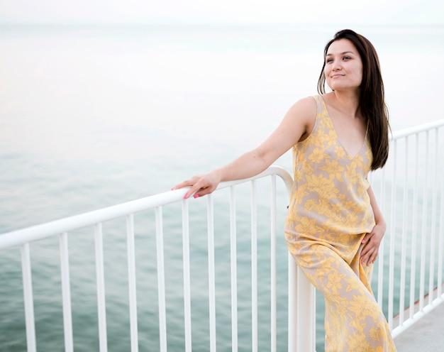 Asiatisches junges weibliches modell durch das meer