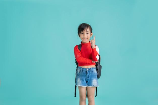 Asiatisches kind, das eine idee hatte, zeigte mit dem finger.