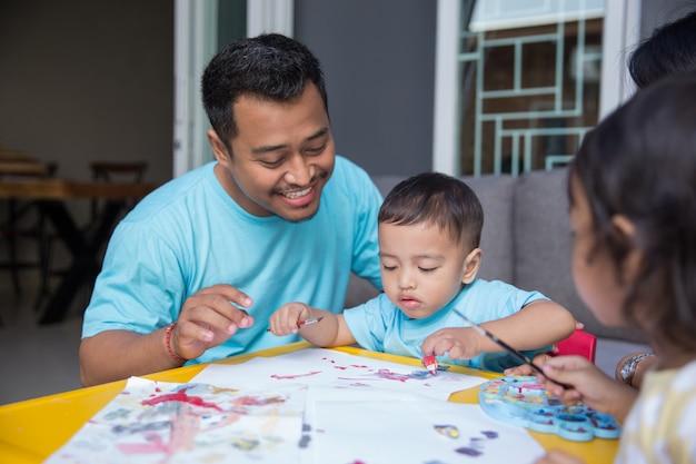 Asiatisches kind malt und zeichnet