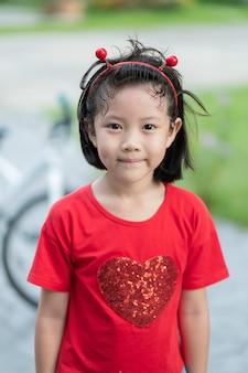 Asiatisches kind mit unschärfehintergrund, glückliches mädchen