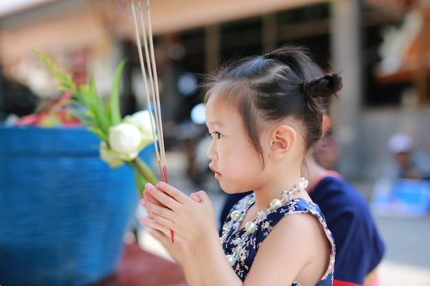 Asiatisches kindermädchen im traditionellen songkran festivalkleid