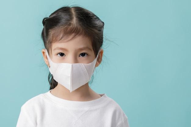 Asiatisches kleines mädchen, das atemschutzmaske trägt, um coronavirus-ausbruch zu stoppen, neues virus covid-19