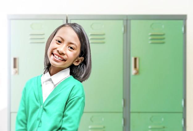 Asiatisches kleines mädchen in der schule. back to school-konzept