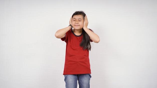 Asiatisches kleines mädchen will nichts isoliert auf weißem hintergrund hören