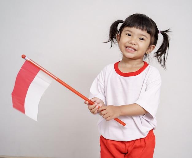 Asiatisches kleinkind mit indonesischer flagge