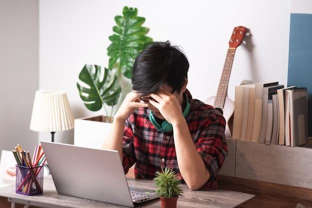 Asiatisches kreatives arbeiten am laptop am morgen