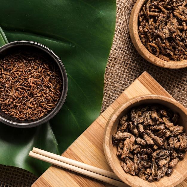 Asiatisches leckeres essen auf monstera-blatt
