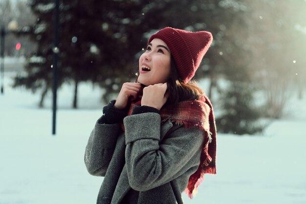 Asiatisches mädchen, das im winter lächelt