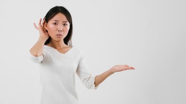 Asiatisches mädchen, das mit kopienraum verwechselt schaut