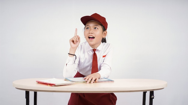 Asiatisches mädchen der grundschule findet tolle idee isoliert auf weißem hintergrund