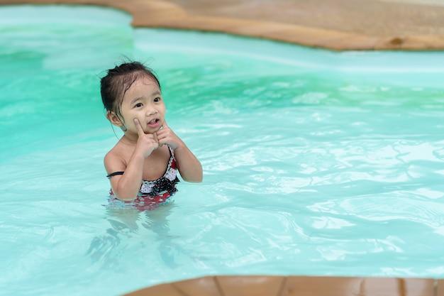 Asiatisches mädchen des glücklichen babys im swimmingpool