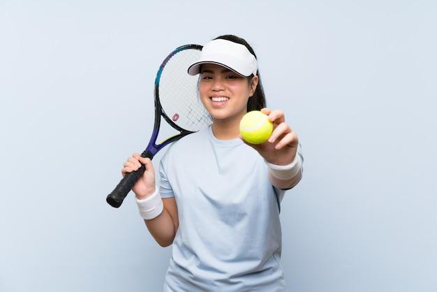 Asiatisches mädchen des jungen jugendlichen, das tennis spielt