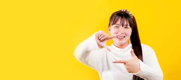 Asiatisches mädchen dieser fröhliche, fröhliche, strahlende lächelnausdruck liebevoller augen, gutes leben und glück bei der arbeit