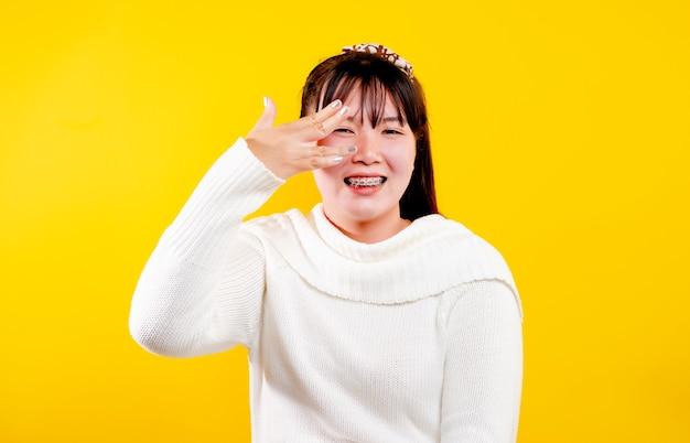 Asiatisches mädchen dieser fröhliche, fröhliche, strahlende lächelnausdruck liebevoller augen, gutes leben und glück
