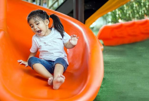 Asiatisches mädchen lächelt und hat spaß mit schieberegler