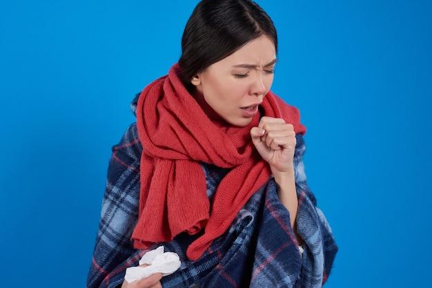 Asiatisches mädchen mit erkältung