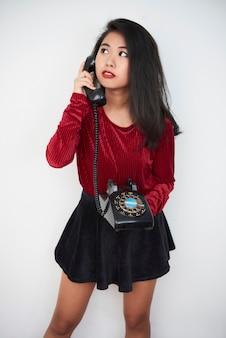 Asiatisches mädchen mit retro-telefon