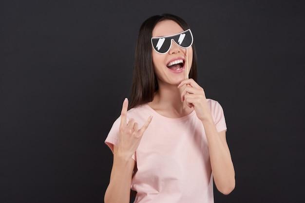 Asiatisches mädchen wirft mit den lokalisierten sonnenbrillen auf.