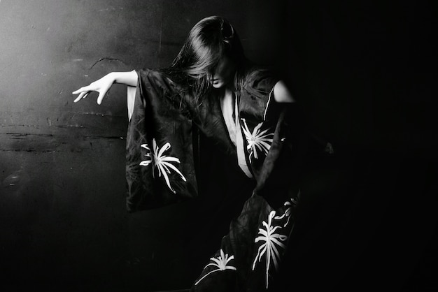Asiatisches mädchentanzen in schwarzweiss