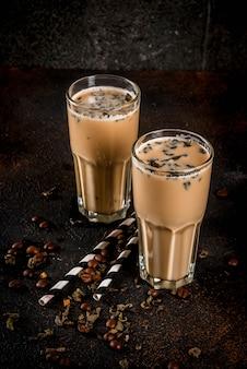 Asiatisches, malaysisches traditionelles getränk yuenyeung vom tee, kaffee, milch, mit eiswürfeln, auf dunklem rostigem oberflächenkopienraum